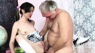 un vieil homme marié trompe sa femme avec une jeune pute de 19 ans
