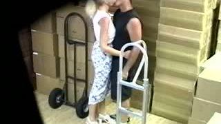 une cam de surveillance montre ma femme se faire baiser par un collègue de travail