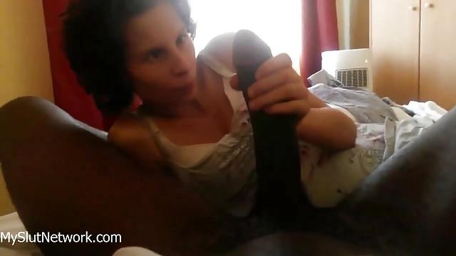 femme mariée salope impressionnée par la taille de la bite de son amant black
