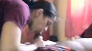 video d'une femme indienne infidèle suçant son amant