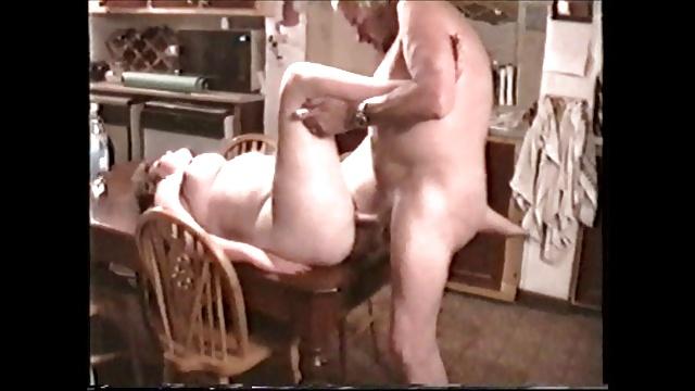surprendre sa femme se faire baiser sur la table de la cuisine