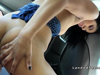 sexe en voiture avec une jeune brune infidèle