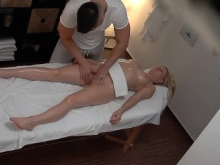 jolie blonde trompe son mari lors d'un massage