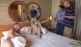 femme cochonne surprise par son mari entrain de baiser avec son amant