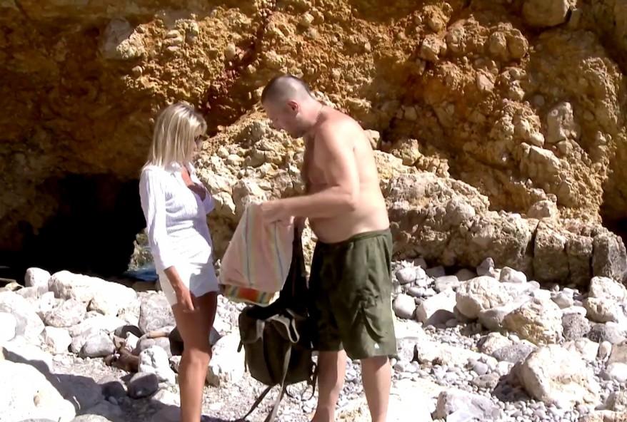 cochonne infidèle demontée comme une pute sur une plage par deux amis