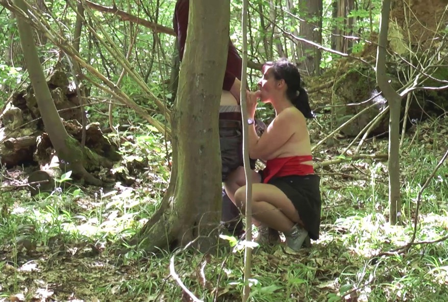 sucer la bite de voyeurs au bois pendant que son epoux se repose