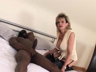 une femme au foyer anglaise trompe son mari avec un black