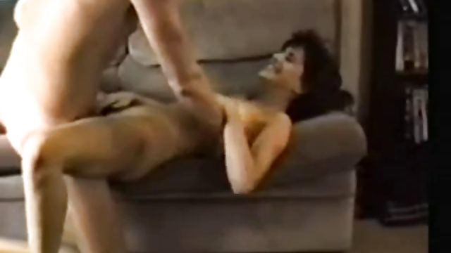Filmer mon pote et ma femme en train de baiser sur le canapé