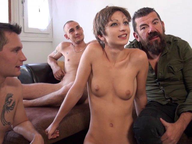 pas jaloux il demande à deux gars d'enculer sa femme