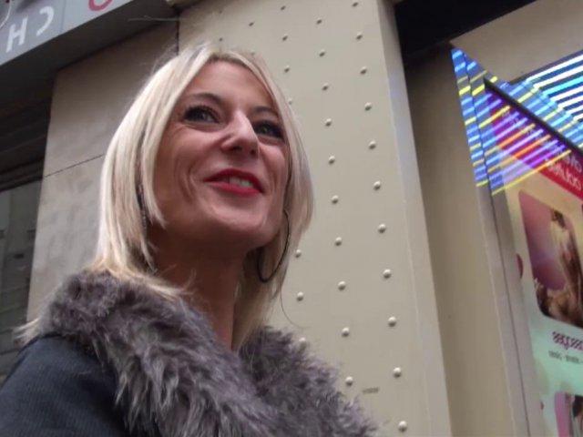 on amène ta femme se faire baiser dans un sex-shop parisien!