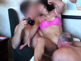 epouse infidèle baise avec deux amis de son mari
